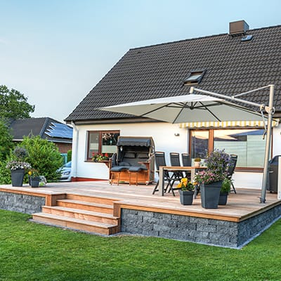 A rail-free wood deck made with an outdoor eating area.