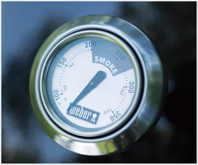 The built-in lid thermometer displays the internal temperature of the grill.