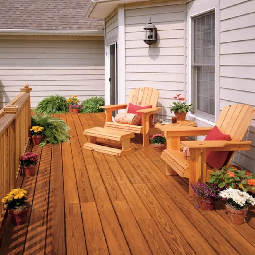 Outdoor wood furniture coated with Transparent Wood Finish Clear 500 and 400. Exterior wood deck in color Cedar Naturaltone 501 and 401