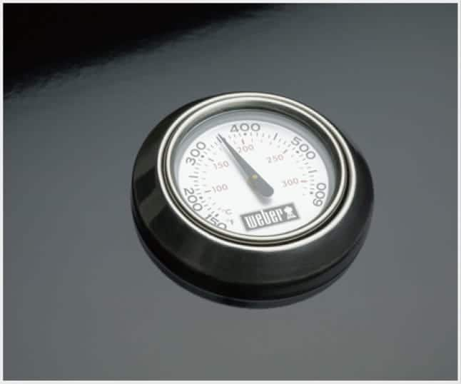 The built-in lid thermometer displays the internal temperature.