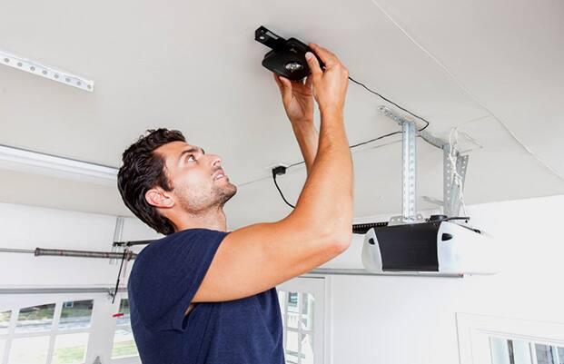Man installing Hub