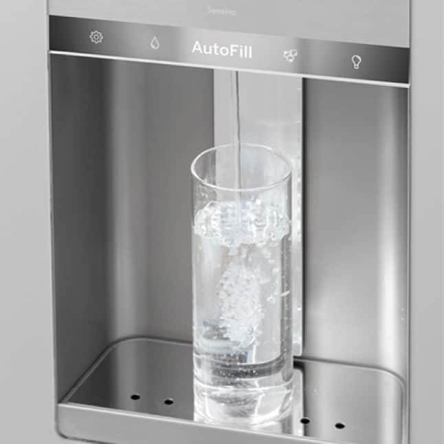 Water fills up a collins glass automatically