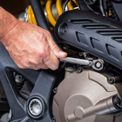 GEARWRENCH® reversible ratcheting wrenches allow you to change direction without needing to remove the wrench from the fastener.
